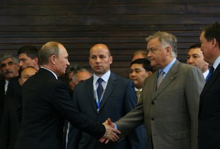 Nicolas Maduro (right) announced he had reached a deal with Rosneft CEO Igor Sechin(picture from BBC NEWS)