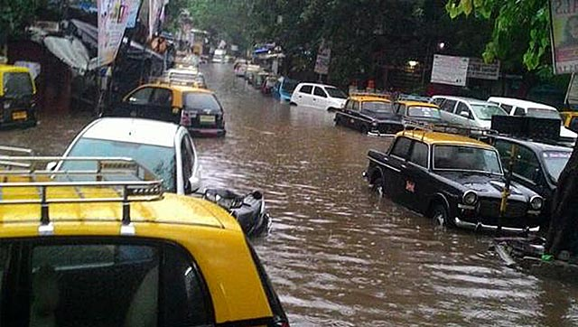Waterlogged roads in Mumbai have left the autos stuck (Photo from @IamThanekar)